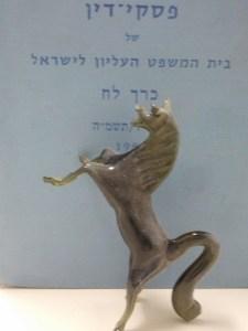 בתמונה: סוס על רקע פרסום פסקי דין של בית המשפט העליון